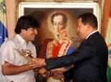 El 3 de enero del 2006 Hugo Chávez condecoró al presidente boliviano Evo Morales. AFP Foto Juan Carlos Solorzano