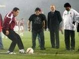 Chávez junto a Maradona, patea una pelota de futbol. Foto de Archivo