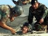 Chávez en un tanque de guerra. Comparte con soldados del ejército bolivariano. Foto de Archivo