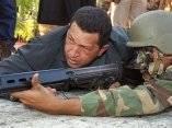 Chávez junto a un solado de las Fuerzas Armadas Bolivarianas. Foto: AP