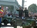 """El presidente de Cuba Fidel Castro (D) y el de Venezuela Hugo Chávez (C) recorren las calles de Ciudad Bolívar, en Sandino, Pinar del Río, 180 kms al oeste de La Habana el21 de agosto de 2005. Chávez realizó la transmisión de su programa """"Aló Presidente"""" desde Ciudad Bolívar, reconstruida con ayuda del gobierno venezolano tras haber sido azotada por un huracán. Foto: Presidencia Miraflores"""