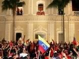Chávez saluda desde un balcón en el Palacio de Miraflores en Caracas, el 16 de agosto del 2004, luego de ganar el referéndum. AFP Foto: Luis Acosta