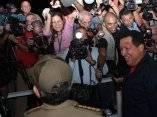 Recibe Raúl Castro a Hugo Chávez a su llegada a La Habana