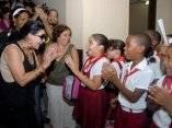 Olga Tañon con pioneros cubanos