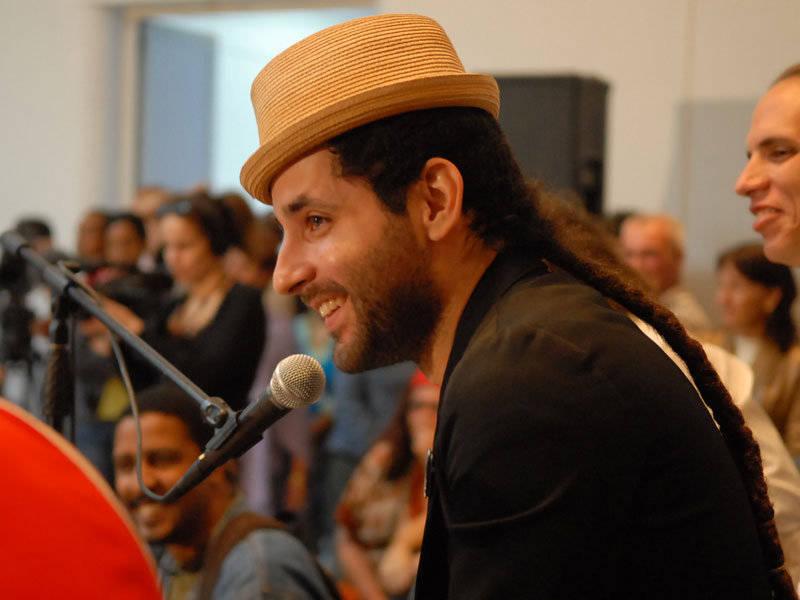 Visitante Calle 13 en visita a Escuela de Música Paulita Concepción