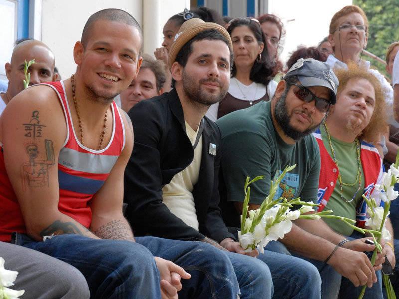 Calle 13 visita Escuela Elemental de Música Paulita Concepción en La Habana durante su visita a Cuba. Foto Cubadebate.