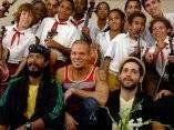 Grupo Calle 13 visita la Escuela de Música y Danza Paulita Concepción en La Habana, Cuba