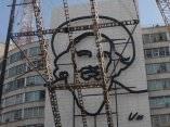 Finaliza montaje de la imagen de Camilo Cienfuegos en la Plaza de la Revolución en La Habana, Cuba