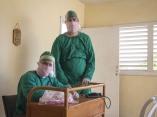 El Dr Ruben Gonzalez sentado y Misael Jimenez Landin enfermero intensivista de pie en un centro de aislamiento en La Habana para personas que han tenido contacto con portadores de Covid pero no han desarrollado enfermedad.