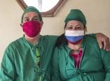 El matrimonio Ana Suarez y Adolfo Sanchez atienden a personas en cuarentena en una casa en La Habana