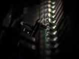 Bulbos de Biomodulina T pasando por la máquina durante la inspección semiautomática, donde la operaria revisa los viales (en este caso, de Biomodulina T) a través de un lente. Foto: Irene Pérez/ Cubadebate.