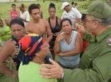 Luis Antonio Torres Iríbar, miembro del Comité Central y Primer Secretario del Partido en la provincia de Holguín,  conversa con damnificados, tras el paso del Huracán Matthew, que ha provocado el colapso del puente sobre el Río Toa, este puente comunicaba a la provincia de Holguín con la de Guantánamo a través de la Carretera Moa-Baracoa, ente esta situación las autoridades de la provincia de Holguín se ocupan de brindar ayuda a los guantanameros que quedaron incomunicados con su territorio.07/10/2016/Fotos: Heidi Calderón Sánchez
