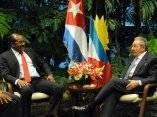 CUBA-LA HABANA- SOSTIENEN RAUL Y PRIMER MINISTRO DE ANTIGUA Y BA