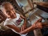 una-mujer-trabajando-en-su-telar-de-madera-en-el-campo-de-butan-andrew-eiogetty-images