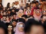 un-grupo-de-personas-contemplan-el-eclipse-solar-en-jakarta-indonesia-foto-garry-lotulung-reuters