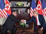 trump-kim-manos-sentados