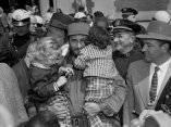 4 de abril. Fidel carga a las ninas Donna Friedman y Lisa Langer en el Zoologico del Bronx. Foto: Revolución.