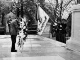 19 de abril. Fidel deposita una ofrenda floral ante la tumba del Soldado Desconocido, en el Cementerio Nacional de Arlington. Foto: Revolución.