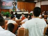 Fidel con estudiantes universitarios. Foto: Alex Castro