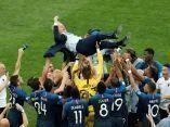 el-seleccionador-frances-didier-deschamps-es-manteado-por-su-equipo-tras-la-victoria-ante-croacia-reuters
