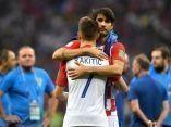 los-croatas-vedran-corluka-e-ivan-rakitic-se-abrazan-tras-perder-la-final-ante-la-seleccion-francesa-getty