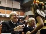 El Cardenal Jaime Ortega es saludado por una de las
