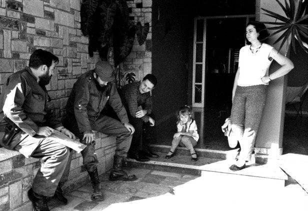 De izquierda a derecha: Manuel Pineiro, Fidel Castro, Raúl Castro, una niña sin identificar y Vilma Espín en La Habana, Cuba. Foto: Prensa Latina