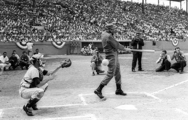 Fidel Castro batea durante el partido de inauguración del campeonato de béisbol de aficionados en La Habana en el año 1963. Foto: Prensa Latina