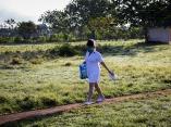 Una enfermera atraviesa un terreno de pelota improvisado para llegar al hospital provincial Comandante Pinares en San Cristóbal, Artemisa. Foto: Irene Pérez.