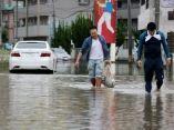 japoneses-caminando-lluvia-efe