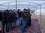 un-grupo-de-palestinos-musulmanes-en-la-hora-del-rezo-mientras-levantan-unas-de-las-carpas-en-la-franja-de-gaza-afp