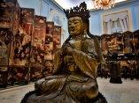 Salón de las Lacas Orientales. En primer plano, una imagen de Buda realizada en China en bronce patinado. Foto: Irene Pérez/ Cubadebate.