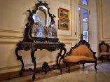 Salón Ecléctico. A la izquierda una cómoda del siglo XIX, realizada en madera de caoba por el ebanista Santa Cruz. Es el único mueble de manufactura nacional que se exhibe como parte de la colección permanente del museo. Foto: Irene Pérez/ Cubadebate.