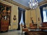 """Vista del Salón Neoclásico, se observa el Secretaire """"Dit a La Reine"""", realizado por el ebanista  Jean-Henri Riesener, con bronces de Pierre Gouthiere. Foto: Irene Pérez/ Cubadebate."""