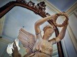 Victoria Alada coronando a la fama (detalle). Esta escultura realizada en marfil y fechada en el siglo XIX, es uno de los principales atractivos del Salón Ecléctico. Foto: Irene Pérez/ Cubadebate.