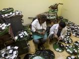 Proceso de clasificación de los materiales. Foto: Irene Pérez/ Cubadebate.