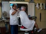 El barbero del barrio. Foto: Abel Padrón Padilla/Cubadebate