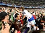 el-centrocampista-croata-del-real-madrid-luka-modric-celebra-con-los-aficionados-la-victoria-del-equipo-blanco-efe
