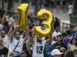 seguidores-del-real-madrid-celebran-la-victoria-de-su-equipo-en-la-plaza-de-cibeles-de-madrid