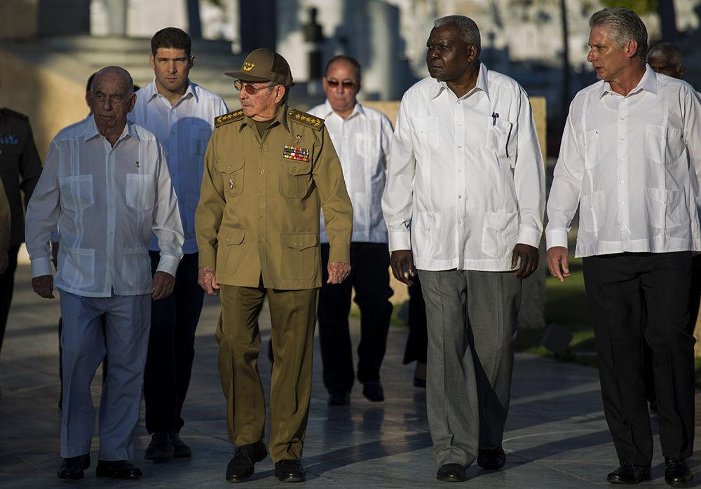 General de Ejército Raúl Castro Ruz encabeza el pequeño grupo, que esta mañana rinde honores al estadista de la nación. Foto: Irene Pérez/ Cubadebate
