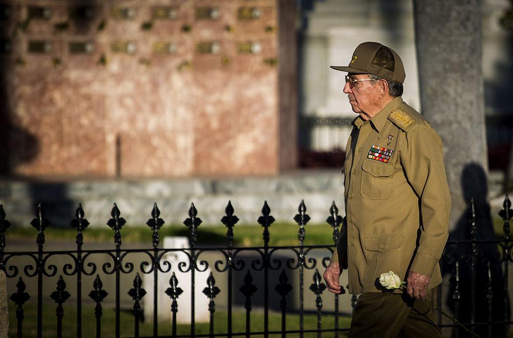 Raúl rinde honores al Comandante en Jefe en Santa Ifigenia. Foto: Irene Pérez/ Cubadebate.