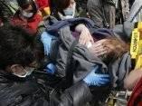 una-mujer-herida-es-trasladada-a-un-hospital-ap