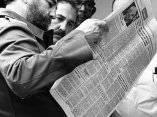 Fidel Castro leyendo el periódico Granma, 20 de mayo de 1981