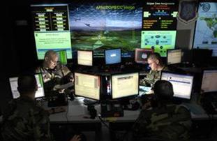 """Estación del Comando del Ciberespacio, de la Fuerza Aérea norteamericana, en Luisiana. Esta fuerza, un nuevo Ejército que se incorpora a los ámbitos tradicionales de la guerra –la tierra, el aire y el mar-, """"se apoyará en estrategias militares que permitan interrumpir el sistema de comunicación enemigo, con mayor precisión que en Iraq en el 2003, donde logramos intervenir todas las comunicaciones terrestres del Ejército de Saddam Hussein"""", aseguró el General Robert Elder, jefe del Comando Ciberespacial"""