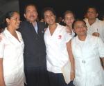 Daniel Ortega con estudiantes de Medicina nicaragüenses que se preparan en la Cuba. Foto: Juan Moreno.