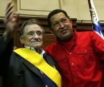 Presidente Hugo Chávez y el poeta Mario Benedetti despues de ser condecorado con la orden Francisco de Miranda durante una ceremonia en la Universidad de Montevideo, Uruguay el 18 de diciembre de 2007 (Foto: ABN)