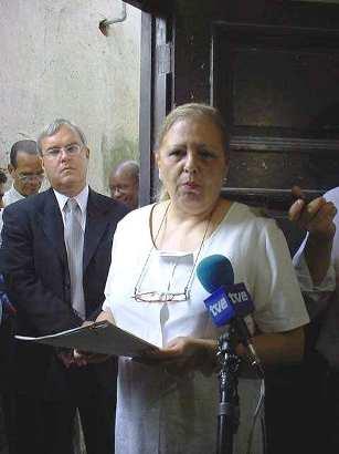 """La """"disidente"""" Marta Beatriz Roque Cabello durante un acto el 24 de febrero de 2003, escoltada por el jefe de la Sección de Intereses de los Estados Unidos en La Habana, James Cason. Foto tomada por Alicia Zamora."""