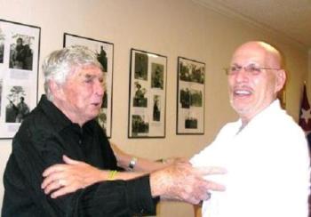 Luis Posada Carriles en el local de Alpha 66, con el terrorista Henry Agüero Garcés.