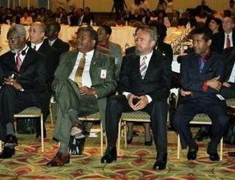 El líder cubano Fidel Castro junto al primer Ministro de Jamaica, P.J. Patterson y Baldwin Spencer, Primer Ministro de Antigua, durante la inauguración de la Cumbre del Caribe, en Bridgetown, Barbados, este 8 de diciembre de 2005. Delano Bart, el Fiscal General de St. Kitts y Nevis está sentado a la derecha de Fidel.(Foto: AP)