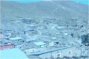 Vista aérea del poblado de Cataricagua, Departamento de Oruro, Bolivia. Al fondo, el cerro de Posokoni, puro estaño nacido de la tierra,  desgastado por una explotación despiadada, testigo de las más cruentas luchas de varias generaciones de mineros de piel oscura y corazón de acero.